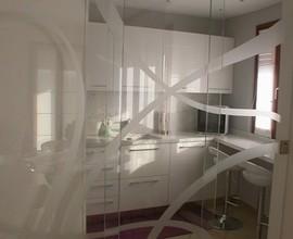 Cucina con vetro divisorio
