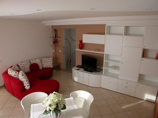 soggiorno moderno con divano angolare